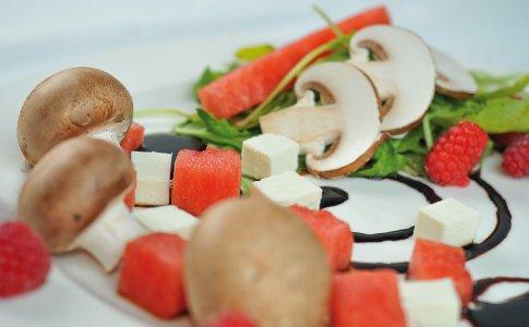 Sałatka z pieczarkami, arbuzem i serem feta na rukoli w sosie balsamiczno-malinowym