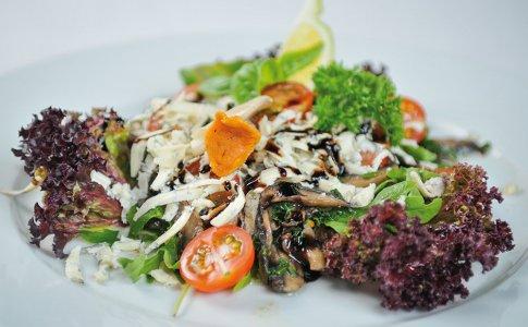 Sałatka z grzybów i rukoli