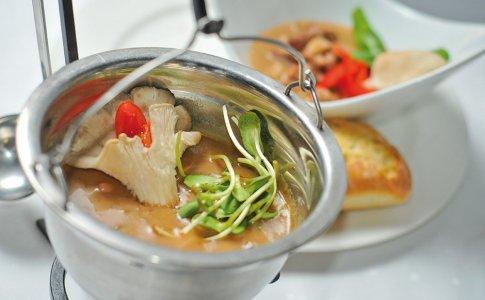 Jesienny kociołek, czyli polędwica wołowa z boczniakami w sosie, podawana z gorącą ciabatą