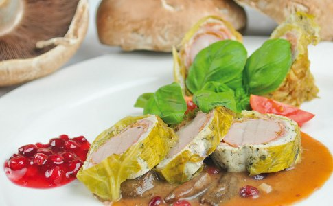 Polędwiczka wieprzowa z musem drobiowo-pieczarkowym w delikatnej kapuście włoskiej z sosem żurawinowo-grzybowym